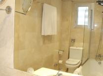 Hotel Reyes Católicos: Bathroom